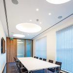 Auch für die kleineren Schulungs- und Konferenzbereiche eignet sich die Deckengestaltung mit LED-Downlights und glasfaserverstärkten Gipsformteilen. Bild: Michael Bogumil