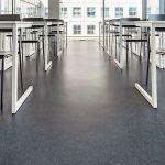 Klassenraum mit einzelnen Pulten und stockwerkstiefer Verglasung. bild: CR-BEELDWERKEN