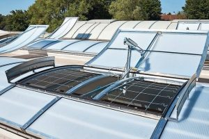 Lichtbandsysteme mit erweiterbarer Funktionalität: Belichtung und RWA. Bild: Kingspan | Essmann Gebäudetechnik GmbH