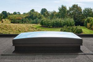 Konvex gewölbte Verglasung als Entwässerungslösung auf Flachdachfenstern