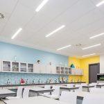 """Insgesamt 1660 m2 Deckenplatten des Systems """"Thermatex Antaris"""" (Schallabsorberklasse B) wurden in Klassenräumen in Gymnasium in Kiew verbaut"""