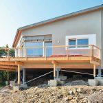 Statt kostenintensiver Baugrube im felsigen Baugrund wurden nur Einzelfundamente gegründet, die Stützen einer Holz-Stahlkonstruktion tragen. Bild: pape oder semke Architekturbüro – Harald Semke