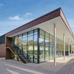Der zweigeschossige Speisesaal liegt direkt hinter der gebäudehohen Verglasung. Alle Bilder: Espendiller + Gnegel Designer, Münster