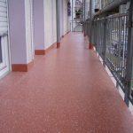 Abdichtungen und Beschichtungen auf Basis von Polymethylmethacrylat (PMMA) sorgen für einen dauerhaft dichten Bodenbelag. Zahlreiche Farbvarianten und Einstreumaterialien setzen die Oberfläche in Szene. Bild: Triflex
