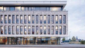 In der Med 360°-Firmenzentrale in Leverkusen-Manfort kamen im Inneren großfläche Brandschutzverglasungen zum Einsatz.