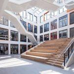 Atrium mit Sitzstufen der Med 360°-Firmenzentrale in Leverkusen-Manfort