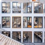 Rund um das Atrium angeordnete, innenliegende Büroräume in der Med 360°-Firmenzentrale in Leverkusen-Manfort