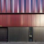 Mit der schwarzen Sonnenschutzeinlage fügen sich die Profilglaselemente harmonisch in die beschichtete Aluminiumfassade ein. Bild: Meike Hansen, Hamburg