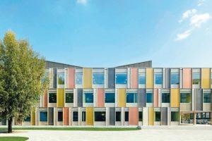 Auf nunmehr 7500 m² Gesamtfläche bietet das sanierte Schulgebäude in Horw Platz für alles, was eine moderne Schule mit anspruchsvollem Unterrichtskonzept benötigt. Bilder: Wicona