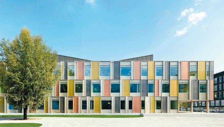 In einer Schule in Horw sorgt ein in die doppelte Glasfassade integrierter Sonnenschutz für eine signifikante Verminderung von Licht- bzw. Wärmeeinfall.