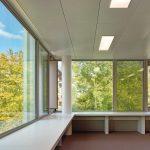 Innensicht Glasfassade mit integriertem Sonnenschutz für ein Schulgebäude in Horw in der Schweiz