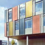 Glasfassade mit integriertem Sonnenschutz für ein Schulgebäude in Horw in der Schweiz