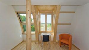 Innenraum mit Holzbalkendecken