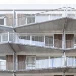 Mäandrierende Balkone mit Sichtschutz aus Streckmetall