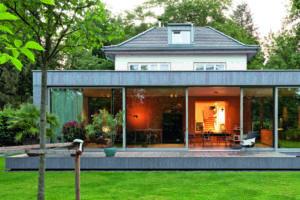 Sichtbeton-Pavillon im Garten eines Einfamilienhauses aus den 1930er-Jahren