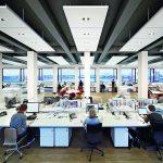 Deckensegel mit integrierter Beleuchtung in einem Großraumbüro. Bild: Ecophon