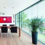 Automatisch gesteuerter Sonnenschutz verhindert Überhitzung von Räumen, auch wenn die Nutzer nicht anwesend sind. Bild: Warema Renkhoff