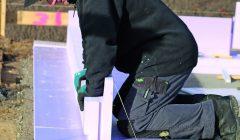 Bodenplattendämmung: Die vorgefertigten Elemente aus extrudiertem Polystyrolschaum (XPS) werden auf der Baustelle gemäß Verlegeplan ineinandergesteckt.