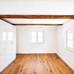 Renoviertes Gehöft mit freigelegten Deckenbalken und Dielenboden. Der Rest des Raums ist in Weiß gehalten. Bild: Knauf Aquapanel/Ekkehart Reinsch