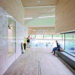 Die zum Innenhof hin geneigten Dachflächen bleiben im Gebäudeinnern als Schrägen sichtbar und bieten sich an, um mit Akustikplatten als Schallabsorptionsflächen ausgebildet zu werden. Bild: Lignotrend   Fotograf: www.marcelvanderburg.com