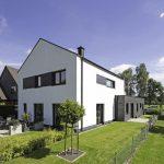 Gartenseite des KfW-40-Einfamilienhauses mit Anliegerwohnung. Bild: Rathscheck