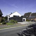 Alles außer Rot: Neubau eines klassischen giebelständigen Satteldachhauses mit Anliegerwohnung in Schieferkleid. Bild: Rathscheck