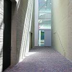 Der Zugang zum Neubau: ein 10m hohes Türelement, das aus einer zweiflügeligen Brandschutztür sowie sieben F90 Festverglasungen besteht. Bild: Schörghuber