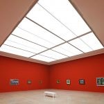 """Im Raum """"Der Blaue Reiter"""" sorgt die großflächig mit Oberlichtern versehene Decke für optimale Lichtverhältnisse. Bild: Schörghuber"""
