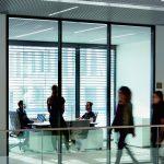 Bürokabine mit Glaswand und gekippten Jalousien. Bild: Huthmacher/Warema