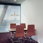 Büroraum mit Teppichboden und gekippten Jalousien. Bild: Rademacher