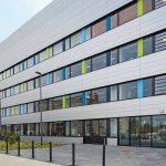 Blick auf die Fassade und die Eingangstür des neuen Zentrums für Pharmaverfahrenstechnik. Bild: Anke Müller-Klein für AEG Haustechnik