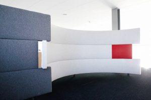 Für individuelle Kundenwünsche fertigt die Manufaktur acousticwerk maßgeschneiderte Form- und Farbkonzepte. Das Foto zeigt eine großformatige geschwungene Ausführung. Bild: Ralf Gamböck
