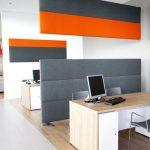 Die textilen Raumteiler lassen sich beliebig in Form und Farbe kombinieren: hier als Raumteiler zwischen zwei Arbeitsplätzen in der stehenden Variante Set linear S sowie in Kombination mit einem abgehängten Deckenpanel. Bild: Ralf Gamböck
