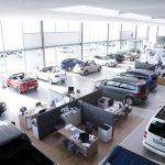 Die textilen Schallabsorber zeichnen sich selbst im stark belebten Umfeld durch eine hervorragende akustische Wirkung aus wie hier in einem Autohaus. Bild: Ralf Gamböck
