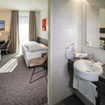 Vormontage für schnelleren Bauablauf - auch für Sanitärwände. Bild: Hotel Südstern München