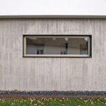 An der Außenfassade zeigt sich der Abdruck einer individuell gefertigten Holzschalung. Der verwendete Infraleichtbeton ist hochwärmedämmend und sorgt für die gewünschte Sichtbetonoptik. Bild: HeidelbergCement AG / Steffen Fuchs