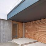 Haus, Garage und ein schmaler, verbindender Riegel rahmen den einladenden Eingangsbereich. Bild: HeidelbergCement AG / Steffen Fuchs