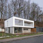 Flankiert wird das Haus f2 von einem steilen Hang. Der Baugrund erforderte zunächst eine aufwändige Hangsicherung mit Bohrpfählen. Bild: HeidelbergCement AG / Steffen Fuchs