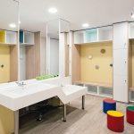 Umkleideräume mit Babybädern, Duschen und Waschbecken mit verschiedenen Höhen, alle aus Acrylstein gefertigt. Bild: Eric Pamies