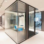 """Der deckenbündige """"Raum im Raum"""" dient als """"Phonebox"""" bzw. Mini-Besprechungszimmer. Bild: Lindner"""