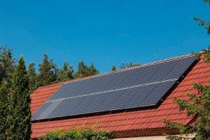 Photovoltaik mit Batteriespeicher plus Brennstoffzellenheizung: Ein Einfamilienhaus in Brandenburg hat energetisch aufgerüstet. Bild: Panasonic / Stefan Hamburger