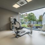 Trennwände und Ganzglastüren aus Schallschutzglas beim Umbau einer ehemaligen Gaststätte zur Zahnarztpraxis. Bild: Sascha Koglin