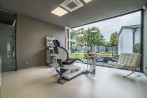 Trennwände und Ganzglastüren aus Schallschutzglas beim Umbau einer ehemaligen Gaststätte zur Zahnarztpraxis