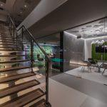 Um sowohl die gestalterischen Ansprüche von Architekt und Bauherrn als auch die Anforderungen an den Schallschutz zu erfüllen, wurden filigrane Aluminiumprofile auf dem Boden und unter der Decke befestigt. Bild: http://www.seventysix-photography.com @ Sascha Koglin