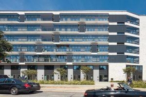 Doppelfassade aus Glas mit öffenbaren Dreh-Schiebe-Elementen: Im geschlossenen Zustand sorgen die Elemente für Schall- und auch für Wärmeschutz. Bild: Solarlux GmbH