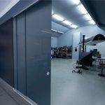 Glas-Schiebe-System SF20 als abdunkelnder Raumteiler im Fotostudio. Bild: Sunflex