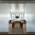 Die Elemente werden mit schmalen U-förmigen Aluminium-Trennwandprofilen gehalten. Bild: Stefan Müller-Naumann, München, Architektur: Florian Nagler Architekten