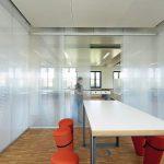 Semitransparente Besprechungsbox mit zwei Schiebetüren. Bild: Stefan Müller-Naumann, München, Architektur: Florian Nagler Architekten