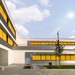 Mit diesem Neubau, der einen Altbau in direkter Nachbarschaft ersetzt, steht Schülern und Lehrern ein kommunikatives Gebäude mit anregenden Freibereichen zur Verfügung. Bild: Warema