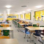 Das Gelb gilt als aktivierend und sorgt im Gebäudeinneren für eine wohltuende Atmosphäre. Bild: Warema